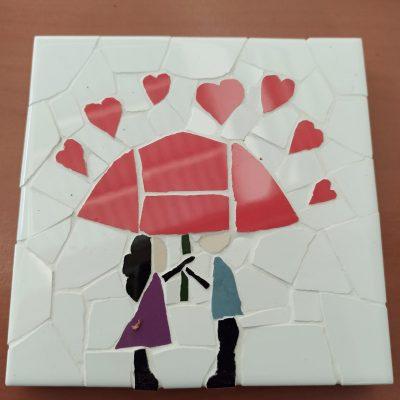 posavasos trenacadis con motivo de pareja enamorada bajo paraguas